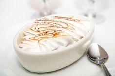 Como fazer merengue. O merengue (também conhecido como merengue francês) é um creme que se prepara com muito poucos ingredientes: claras de ovo, uma pitada de sal e açúcar, mas que se torna deliciosa. Existem algumas vari...