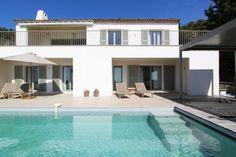 """Villa """"Le Romarin"""" (Les Issambres) - Luxe villa met privé zwembad. Moderne inrichting en architectuur met panoramisch uitzicht op de Middellandse Zee. Op 5 (auto)minuten van de zandstranden van Les Issambres. De villa is volledig voorzien van airconditioning. De villa is geschikt voor 8 volwassenen en 2 kinderen."""