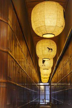リサイクルショップのイメージを覆す!京都・「パスザバトン」 - Yahoo!ライフマガジン Japanese Paper Lanterns, Japanese Lamps, Japanese Art, Japanese Architecture, Interior Architecture, J Park, Traditional Lanterns, How To Make Lanterns, Japanese Interior