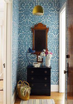 design sponge - best of wallpaper Elle Decor, Ornament Tapete, Small Entry, Small Hall, Narrow Entryway, Entryway Ideas, Hallway Ideas, Wall Ideas, Decor Ideas