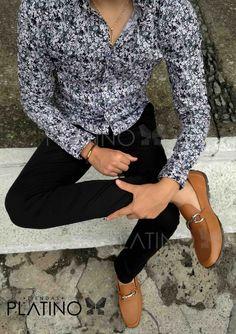 """Camisita floreada blanca con flores negras, pantalón de gabardina negro y mocasín café de ribete. Artículos hechos en México por la marca """"Moon & Rain"""" y de venta exclusiva en """"Tiendas Platino"""" #TiendasPlatino #Moda #Hombre #Camisa #Pantalón #Calzado #Mocasín #Outfit #Mens #Fashion #Dapper #Ropa #México #Looks #Style"""