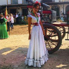 Tan solo por ser gitana su gente no la quería ... 🌹 Pendientes The Dress, Dress Skirt, Mexican Costume, Simple Dresses, Summer Dresses, Flamenco Skirt, Spanish Dress, Spanish Fashion, Traditional Fashion