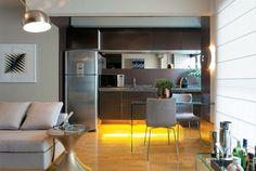 Compacto, o apartamento na capital paulista ganhou funcionalidade e ficou visivelmente mais espaçoso após a reforma. Projeto Maximiliano Crovato.