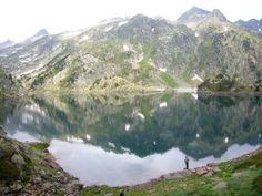Rodeado de moles de roca el #pescador se asoma al espejo de un precioso lago pirenaico a 2.400 m de altitud.