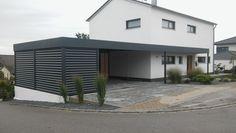 Carport in Maßanfertigung mit Abstellraum, Sichtschutz und Überdachung des Hauseingangs