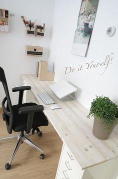 Bureau maken van IKEA ladeblokken & steigerhout Office Decor, Home Office, Teen Desk, Flex Room, Desk Areas, Little Girl Rooms, Decoration, Kids Bedroom, Room Inspiration