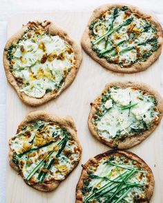 A spring pizza party featuring whole grain spelt crust pizzas topped with kale and green onion pesto, asparagus, crispy shallots, and sliced cauliflower. Pita Pizzas, Favourite Pizza, Thing 1, Pizza Recipes, Food Photography, Food Porn, Vegetarian, Lunch, Torte