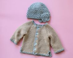 Baby Knitting Patterns For Kids Free Instructions: Baby Jacket & Hat – Initiative Handarbeit Baby Boy Sweater, Knit Baby Sweaters, Baby Cardigan, Baby Knitting Patterns, Baby Patterns, Crochet Pullover Pattern, Jacket Pattern, Sweater Design, Baby Outfits Newborn