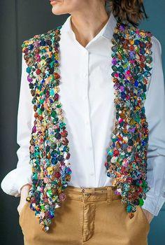 Artesanato Com Fuxico: 53 Ideias Incríveis Para Copiar Quilted Clothes, Sewing Clothes, Diy Clothes, Yarn Crafts, Fabric Crafts, Sewing Crafts, Sewing Projects, Fabric Flower Pins, Fabric Flower Tutorial