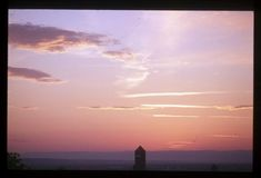La tour de la Part-Dieu se découpe sur un fond de ciel orangé photographiée de puis le Brévent, un quartier situé à Sainte-Foy-Lès-Lyon. #Paysage en nuances d'#orange pour un coucher de soleil enveloppant la ville de #Lyon #sunset #color #couleur #numelyo