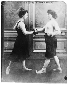 Fraulein Kussin & Mrs. Edwards boxing. 1900 ca.
