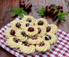 Fursecuri cu cirese Romanian Desserts, Romanian Food, Annie's Cookies, Cookie Recipes, Dessert Recipes, Sweet Cakes, Pinterest Recipes, Cookie Decorating, Indian Food Recipes