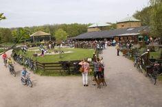 Geitenboerderij Ridammerhoeve. De boerderij ligt op een schitterende plek, midden in het Amsterdamse Bos. Naast geiten lopen er ook kippen, varkens, koeien en paarden rond. De dieren kan je voeren met bix of een flesje melk geven.