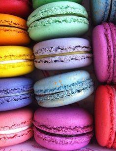 Макаро́н (фр. macaron: Название происходит от слова ammaccare (итал. maccarone/maccherone) — «разбить, раздавить», и является отсылкой к способу изготовления основного ингредиента, миндального порошка) — французское кондитерское изделие из яичных белков, сахарной пудры, сахарного песка, молотого миндаля и пищевых красителей. между двумя слоями печенья кладут крем или варенье.
