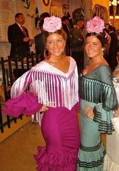 Vestidos sencillos con mantoncillo que deje ver escote, bien peinadas y con una flor mona arriba!! genial! Spanish Holidays, Spanish Dancer, Flamenco Dancers, Ruffle Blouse, Victoria, Chic, Lady, My Style, Outfits
