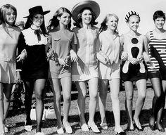 В 1962 году, ставшая легендой Мэри Квант, показала первую коллекцию вещей с длиной мини. Великобритания