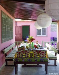 Déco wax : le tissu africain colore la maison - Clem Around The Corner Baby Furniture Sets, Furniture Direct, Cheap Furniture, Outdoor Furniture, Furniture Upholstery, African Interior, African Home Decor, Deco Restaurant, Restaurant Tables