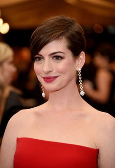 Anne Hathaway Side Parted Straight Haircut