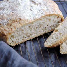 Ett enkelt och underbart gott dinkelbröd som du gör i en gryta eller kastrull. Krispig yta och luftig och saftig insida. Får nästan en smak av surdegsbröd. Mums
