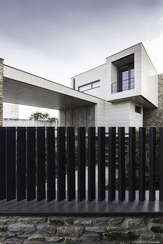 House Fence Design, Garden Wall Designs, Modern Fence Design, Gate Design, Glass Balcony Railing, Garden Railings, Exterior Stairs, Underground Homes, Front Yard Fence
