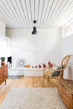 Alakerran takkahuoneen tiili- ja puupaneeliseinät sekä katto maalattiin valkoisiksi. Rottinkituoli on Ikeasta, ja pieni lipasto ostettiin käytettynä. Punaiset Taalainmaan hevoset Rilla sai 30-vuotis-lahjaksi äidiltään.