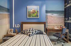 Quarto para adolescente com parede azul, painel fotográfico e listras