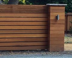 One way that can be made use of to bring the atmosphere of natural decor to your home is to apply the style of all-natural wood fencing. Modern Wood Fence, Wood Fence Design, Modern Fence Design, Door Gate Design, Wood Fences, Backyard Fences, Pergola Patio, Outdoor Landscaping, Outdoor Decor
