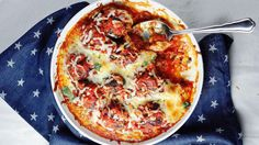 Digg! Kjøttboller i tomatsaus med smeltet mozzarella er kosemat som alle kan like. Kjøttbollene blir ekstra gode når du baker dem i ovnen med hjemmelaget tomatsaus og mozzarella på toppen.    Oppskrift av Mette Lindgren / Myfoodpassion.net