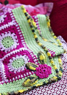 Herkullisen värinen peitto kootaan paloista ja viimeistellään virkatuilla kukilla. Katso ohje ja kokeile erilaisia väriyhdistelmiä.