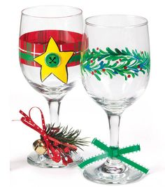 #DIY Christmas wine glasses would be perfect for a holiday party! #simplycreativechristmas