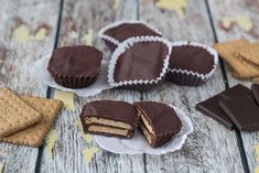 Recipe for small kiksekager (Danish chocolate biscuit cake). This recipe is traditional Danish, it& simple to make and the cakes are so delicious! Non Bake Desserts, Small Desserts, Best Dessert Recipes, Delicious Desserts, Cookie Recipes, Danish Cake, Danish Food, Chocolate Biscuit Cake, Chocolate Cookies