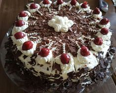 Black Forest Cake - super easy by Best Cookie Recipes, Easy Cake Recipes, Holiday Recipes, Brze Torte, Christmas Cookie Icing, Easy Royal Icing Recipe, Cake Decorating For Beginners, Easy Party Food, Sweet Desserts