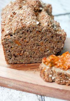 Gesundes Brot mit Dinkelvollkornmehl, Haferflocken und Möhren