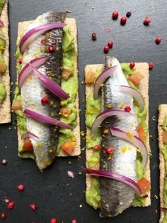 SARDINAS MARINADAS CON CÍTRICOS Tapas Menu, Food Menu, Tapas Recipes, Cooking Recipes, Guacamole, Good Food, Yummy Food, Tostadas, Ceviche