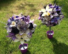 Two beautiful bunches of hand-made paper bouquets, these where made for a bedroom but could be adapted for anyones taste :) approx 40 cm high and approx 30/ 32 flowers each bunch