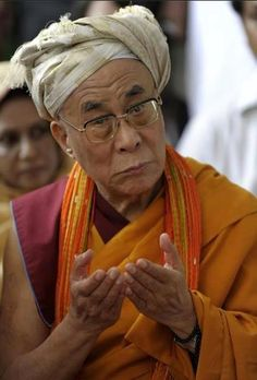 Love this Picture of His Holiness the Dalai Lama Wearing a Turban Citation Dalai Lama, Meditation, We Are The World, Osho, Inspire Me, Decir No, Philosophy, Myasthenia Gravis, Tibet