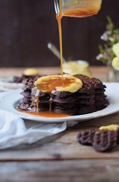 Brownie Waffeln mit Karamellpudding und Karamellsauce