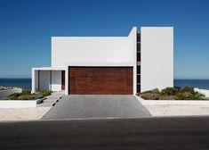 Pearl Bay Residence by Gavin Maddock overlooks the ocean