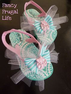 Fancy ballet flip-flops: cheap shoes dressed up with tulle, ribbon and ballet buttons. #Shoes #Flip-flops #Ballet