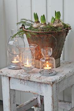 Ook buiten kun je iets mooi schikken. Krukje/tafeltje, bollen in een robuuste pot, windlichten met kaarsen. Eenvoudig mooie aanwinst.