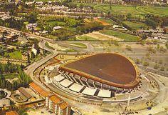Il Palazzetto dello Sport - crollò con la nevicata del 1985, era adiacente allo stadio San Siro dove oggi ci sono i parcheggi