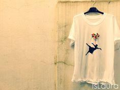 Pom Pon : islaura  a pompon t-shirt from Laura  http://blog.funlab.it/2013/06/come-decorare-una-maglietta-usando-i-pom-pon/
