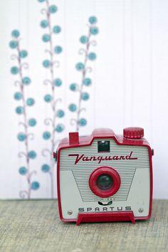 Vanguard in Vintage Camera Portraits - Lomo & Film - Fotoshooting Simple Camera, Cute Camera, Toy Camera, Retro Camera, Antique Cameras, Old Cameras, Vintage Cameras, Photography Camera, Vintage Photography