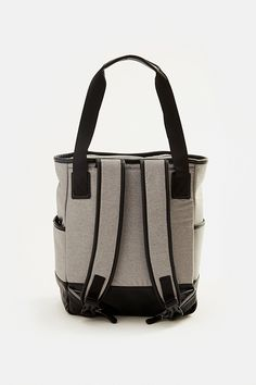 No wonder this all-purpose Lolë tote bag is the collection's bestseller. Thanks to its many compartments, shoe bag, padded pocket for your computer and detachable pockets, it keeps pace with you all day! When you're on the go, snap