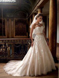 Elegante strapless trouwjurk bewerkt met kant met sleepje