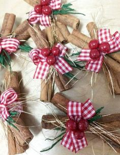 20 Preciosas esferas navideñas que puedes hacer en casa . Rustic Christmas Ornaments, Country Christmas Decorations, Christmas Holidays, Christmas Wreaths, Christmas Balls, Christmas Tree, Ornaments Ideas, Advent Wreaths, Christmas Candles