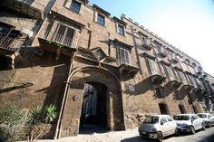 This Palace is located in the heart of old town. The exterior #amministratorecondominialepalermo #amministratorecondominiopalermo #condominipalermo www.studioragolia.it
