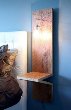 lampes de chevet, applique liseuse et chevet en bois suspendu