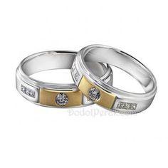 Cincin Kawin Kotamas merupakan cincin kawin berbahan perak 925, dengan model simple elagant, dihiasi sebuah batu Bulat di tengah kotak berlapis emas dan variasi batu kotak di samping. Finishing akhir kombinasi doff dan gilap dilapis dengan emas putih dan kuning (rhodium). Cocok untuk cincin kawin, cincin nikah, cincin tunangan maupun hadiah/kado cincin.
