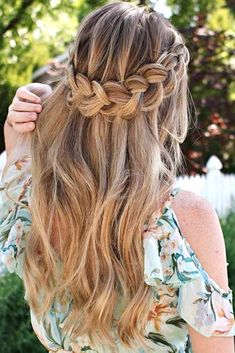 A halo braid is that special hairdo that deserves a separate chapter in the world of hair fashion. Click to discover style ideas. #hairstyle #braidedhairstyles #braid #halobraid